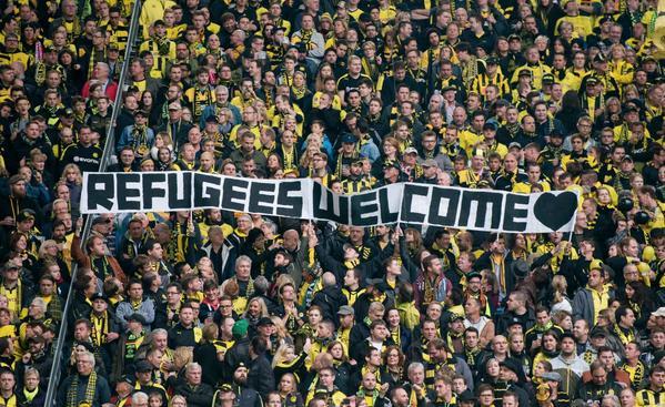 Refugees welcome footballfans