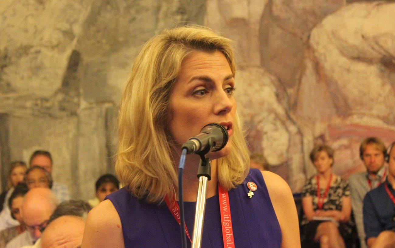 沙拉·奈尔逊于2014年就任全美空服员工会理事长。她的激进抗争作风与大多数当代劳工领袖近似昏迷的德行大相径庭。 //图片来源:国际运输工人联合会,Flickr